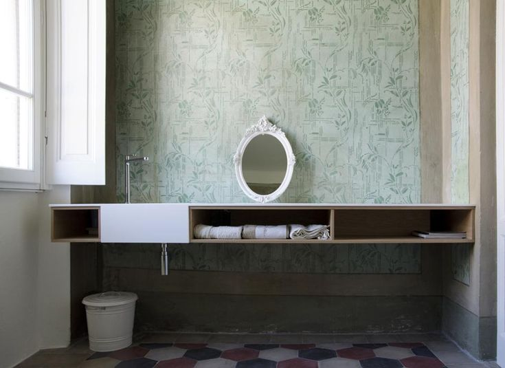 ... cementine d?epoca. Il mobile bagno, su disegno, e lo specchio