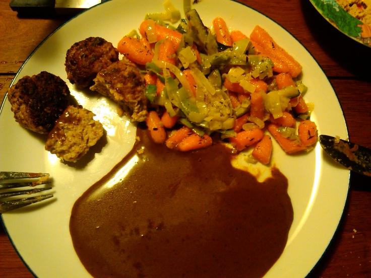 LCHF frikadeller med grøntsager sauteret i smør, hvidløgspulver og timian samt brun sovs.  + kartofler til resten af familien