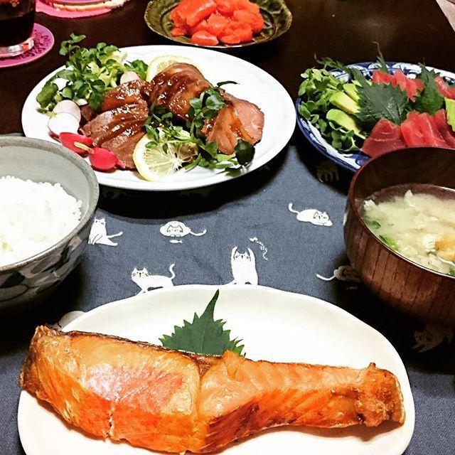 主の銀メダル&長旅お疲れ様という事で好きなものばかりの夕食にしました。ご飯解禁!明太子、ローストビーフ、マグロアボカド、つみれ汁、鮭。米2合(笑)  #晩ごはん #おうちごはん #お腹ペコリン部  #夕食 #晩酌 #家呑み #ふたりごはん #クッキングラム #クッキングラマー #japanesefood #dinner #instafood