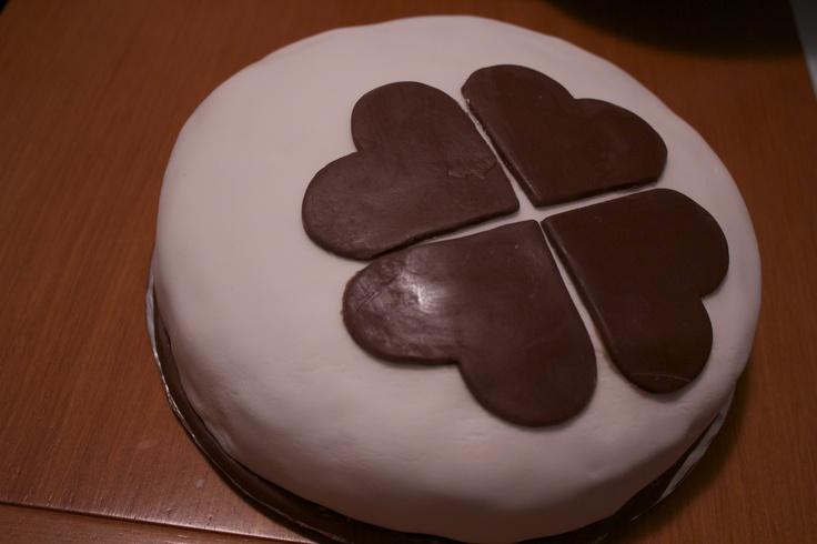 Mi primer intento con fondant... preparandome para Lisa. El bizcocho es una adaptación de los cupcakes de fresa de Objetivo cupcake y el relleno es buttercream de merengue suizo con puré de fresas de Sabor y olor
