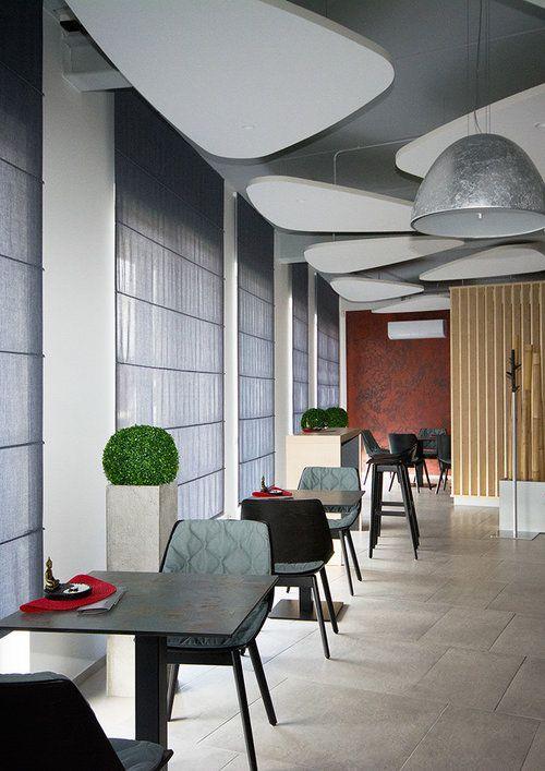 """Jsme rádi, že značka DIAMOND DESIGN mohla přispět """"svojí trochou do mlýna"""" v překrásné kavárně na Novoměstsku. Římské rolety doplňují a dekorují interiér, zcela stažené i částečně vytažené dotvářejí jedinečnou atmosféru kavárny."""