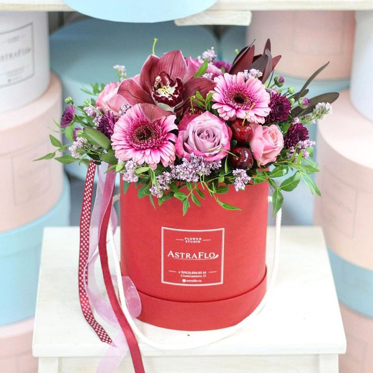 Красная шляпная коробка  Цветы в шляпной коробке - идеальный подарок на любое торжество И мы уже начали принимать заказы к 14 февраля любые цветочки по-вашему желанию