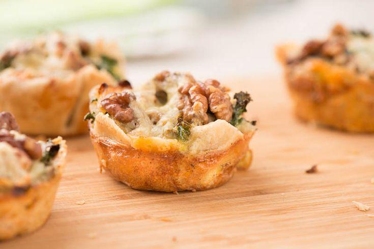 grönkålspajer med valnötter - I de här små munsbitarna möter grönkål valnötter. En mix som fungerar mycket bra enligt min mening. Pajerna passar både som förrätt eller som en av flera mellanrätter vilket är ett trevligt sätt att lägga upp en måltid.  #mat #recept #vego #vegetarisk #vegetariskt #paj #pajer #grönkål