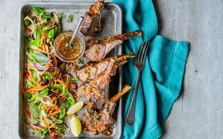 Lammecarre er kanskje den mest imponerende stykningsdelen rent utseendemessig. Kjøttet er mørt, supersaftig og er raskt å tilberede. Jeg har latt det få marinere i en blanding av rød currypaste og kokosmelk. Litt utradisjonell bruk av kotelettene kanskje, som sammen med en sprø og frisk thai-inspirert salat blir en skikkelig snasen lammerett litt utenom det vanlige.     Tips: Ferdigdelte koteletter kan også brukes. Mariner kotelettene i 30 minutter og stek dem over middels høy/høy varme i…