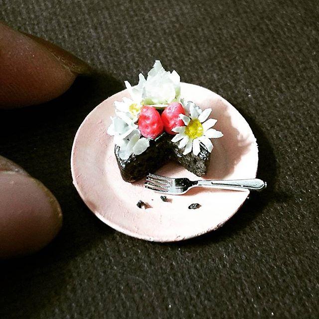 ピンクの皿に変えて ちょっと加工 『よそんちのおうちごはん』  タグをたどって あめりさんの作った 元のケーキを見てくださいね🎵  #ミニチュア#ミニチュアフード#12分の1#おうちごはん#おうちカフェ#クッキンググラム#お誕生日#バースデーケーキ#手作りケーキ#お花#フラワー#デコレーション #アーモンドスライス#ウイスキーケーキ#濃厚#チョコレート#プラ板#ハンドメイド#食品サンプル#argile#miniature#sample#miniaturefood#instagood#kawaii#cake#chocolate#flower#handmade#birthdaycake