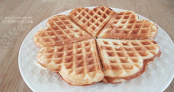 Basisbeslag voor wafels Bron recept: boek behorende bij het wafelijzer (ietsjes aangepast) Ingrediënten (voor 9 a 10 x 5 hartjes): 125 gram margarine 150 gram (fijne) suiker 1 zakje vanillesuiker 2 eieren 250 gram bloem ½ zakje bakpoeder 250 ml melk