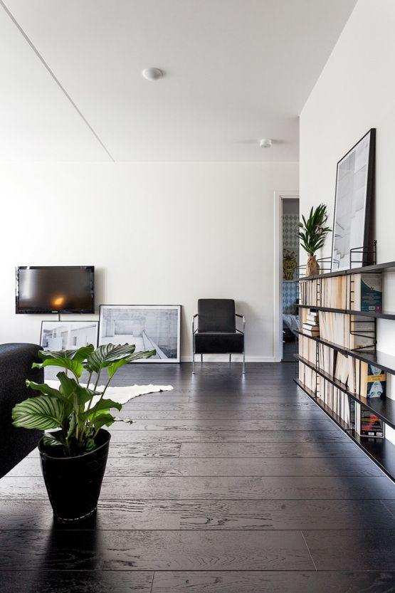 suelo de madera negro pisos suecos blanco y negro inspiración suelos de madera oscura estilo nórdico estanterías negras string decorar con c...