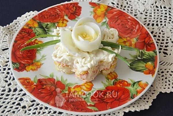 Рецепт крабового салата с консервированной кукурузой