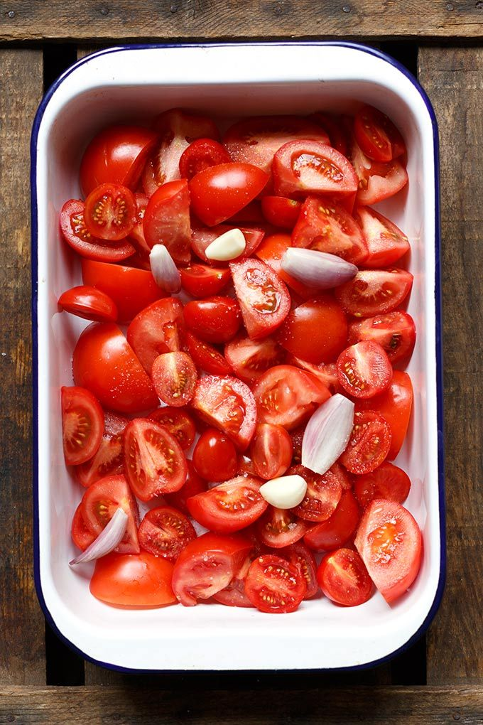 Geröstete Tomatensuppe aus Tomaten, Knoblauch, Zwiebel, Olivenöl und Basilikum. Dieses Rezept ist einfach und immer ein Hit - Kochkarussell.com
