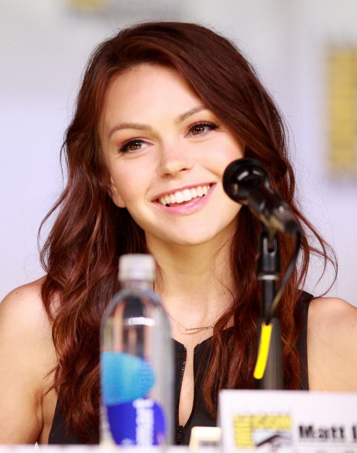 Aimee Teegarden (She looks much better with wavy brown locks than with blonde bangs if you ask me.)