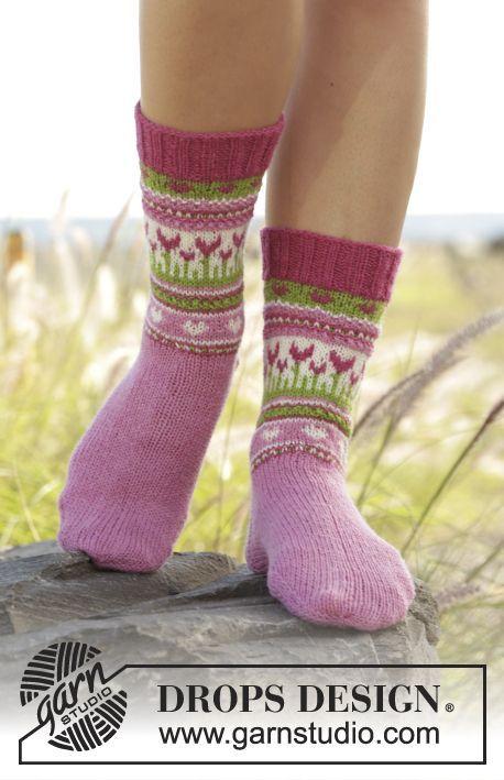 Gestrickte Socken mit mehrfarbigem Muster in DROPS Fabel. Größe 35 - 43. Kostenlose Anleitungen von DROPS Design.