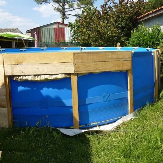 A pool on the floor with palletsdiy pallet furniture diy for Accessoire piscine intex castorama