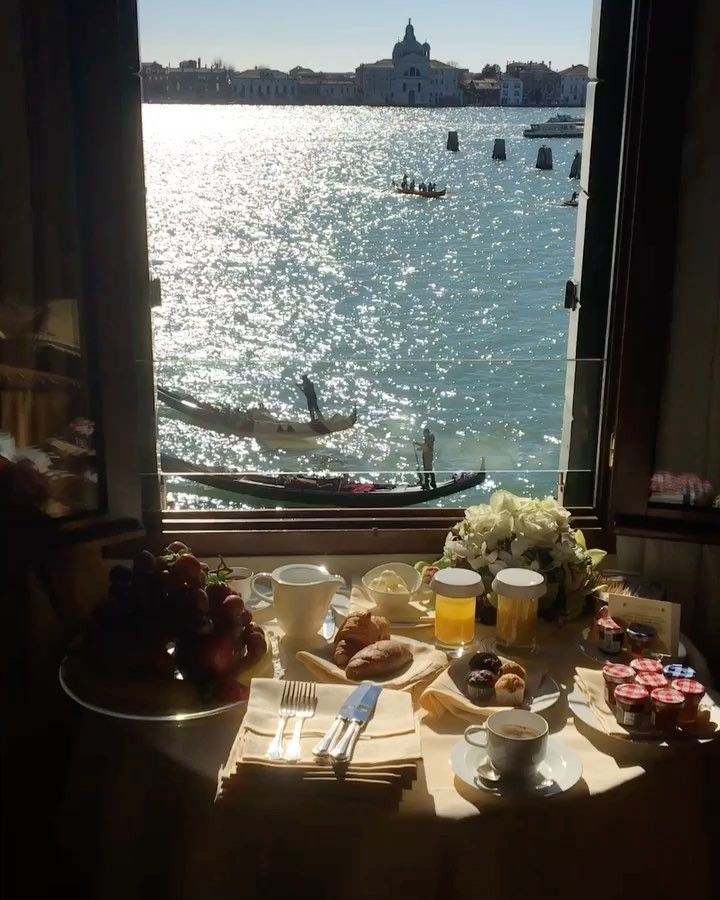 いいね!4,225件、コメント80件 ― VINCENZO GIRASOLI - ITALYさん(@idressitalian)のInstagramアカウント: 「Press Play ▶️ and Tag someone you would love to wake up with and share this breakfast with a view…」