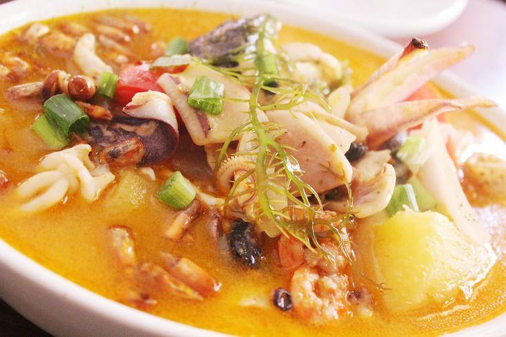 パリウエラ-南米風ブイヤーベース- from Lima,Peru. ペルーの代表的海鮮料理である「パリウエラ」は海の幸たっぷりのシーフードスープ。ペルーの首都、リマのレストランでいただいたパリウエラはエビ、イカ、白身魚、ムール貝と、なるほど、確かに贅沢な一皿でした...