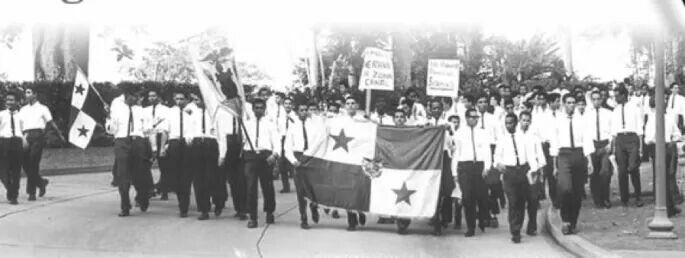 9 de enero: conmemoración del día de los mártires en Panamá January 9: Remembrance Martyrs' Day in Panama  El Día de los Mártires es un Día de Luto Nacional panameño que conmemora los disturbios del 9 de enero de 1964 por la soberanía de la Zona del Canal de Panamá. Los disturbios comenzaron después de que una bandera panameña se rasgó y los estudiantes panameños murieron durante un conflicto con oficiales de la Policía de la Zona del Canal y residentes de la Zona del Canal.  U.S. Las…