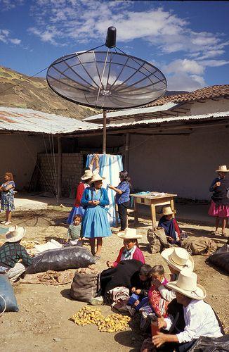 Tv-kijken via een schotelantenne aangedreven door (micro)waterkracht in Peru dankzij de steun van Practical Action.