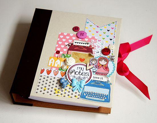 Aprenda a fazer Encadernação de um Caderno de anotações decorado com materiais de scrapbooking e com capa dura no tamanho 14x16cm. Elabor...