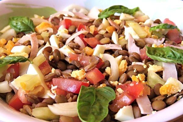 Krásně zbarvený svačinový salát plný chutí a vůní, skvělý také jako lehká večere nebo oběd, servírovaný jen tak, nebo spolu s opečenou bagetkou či toustem.