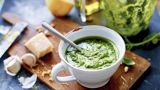 Rosta pinjekärnorna i en torr stekpanna och mixa dem tillsammans med plockade basilikablad, vitlök och olivolja. Vänd ned parmesanosten och smaka av med salt och peppar.