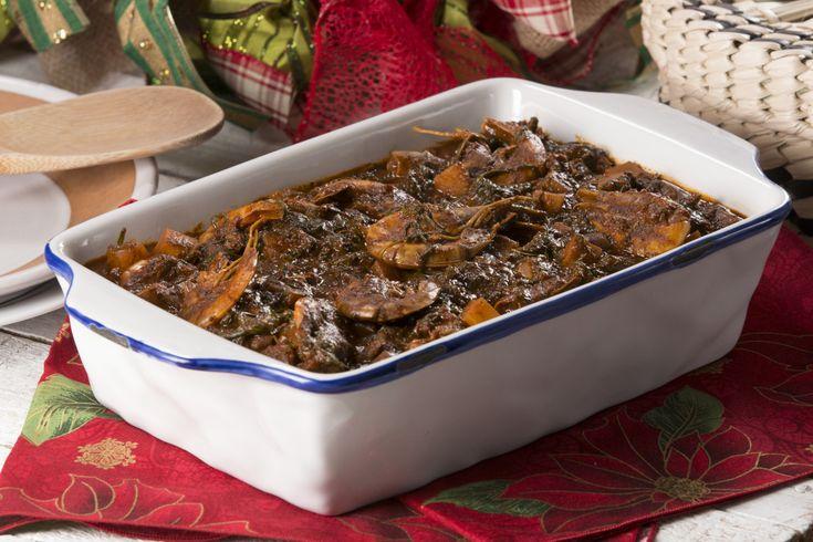 Una rica y tradicional receta mexicana que se acostumbra comer en navidad. Para cocinar los romeritos hay que hervirlos con agua y un poco de sal.