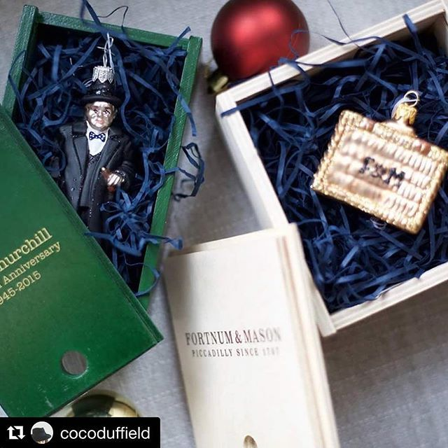 2 iconic baubles in 1 picture. Thank you for sharing this @cocoduffield 😊 we love it! 💛  #Repost @cocoduffield with @repostapp ・・・ Out Come the Christmas Decorations #bombki #baubles #christmas #tree #christmastree #fortnumandmason #winstonchurchill #london #followforfollow #redandgold #decorations #december #lights @bombki