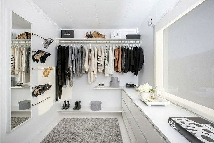 Norwegian blogger Nina of Stylizimo used five bathroom towel rods to create an ingenious wall-mounted shoe rack in her closet.