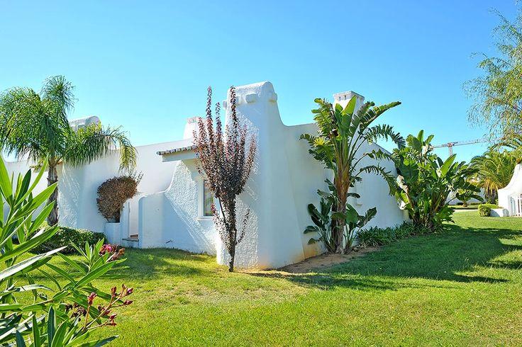 Description: Charmante vakantiehuisjes met grote tuin en zwembad heerlijk rustig gelegen vlakbij het sfeervolle Lagos en de mooiste stranden van de Algarve  Vakantiehuisjes in grote tuin met olympisch zwembad Ancora Park is een groot landgoed met groene gazons hoge ruisende palmbomen en kleurige bloemperken. Maar het zijn de huisjes in Ancora Park witter dan wit elk met hun eigen ingang en tuintje hun ronde lijnen en rode dakpannen die de sfeer bepalen. Zo heb je het gevoel eerder in een…