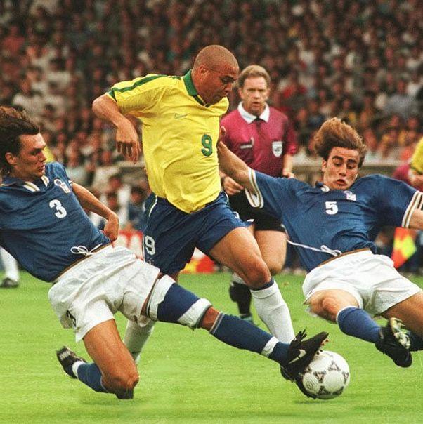 Dos de los mejores defensas en la historia contra el mejor delantero que existió durante su plenitud!. Duelazo! #Maldini #Ronaldo #Cannavaro