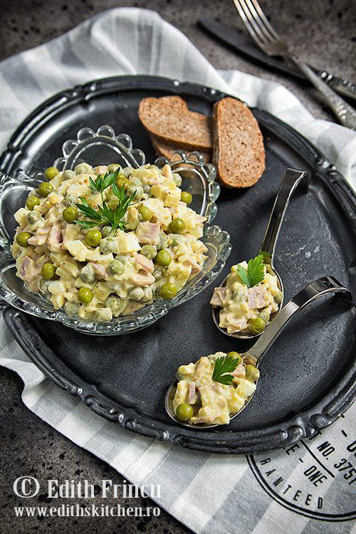 Salata de oua cu mazare si sunca - salata rapida si delicioasa cu oua fierte, sunca si mazare, cu un sos cremos de crema de branza si mustar.