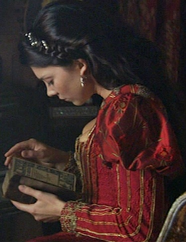 Natalie Dormer, reading a book in a gorgeous medieval dress