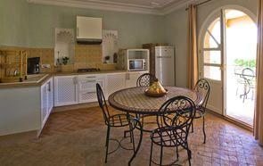 Cuisines et salles a manger de qualité au rez-de-chaussée.