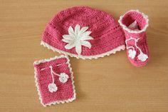 (5) Topi, sepatu dan sarung tangan untuk bayi perempuan.