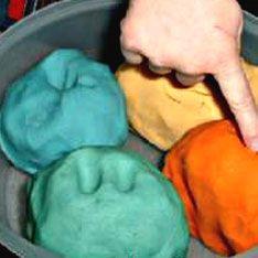 Pâte à modeler avec cuisson : Il vous faut : 1 tasse de farine 1 tasse de maïzéna 1 tasse de sel 2 cuillers à soupe de poudre d'alun (en pharmacie)* 1 cuiller à soupe d'huile du colorant alimentaire ou teinture faite maison *Michaëla du blog Jeux