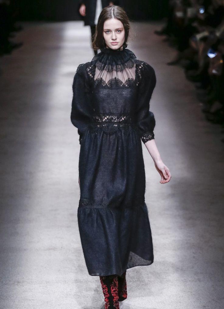 Черное платье в викторианском стиле