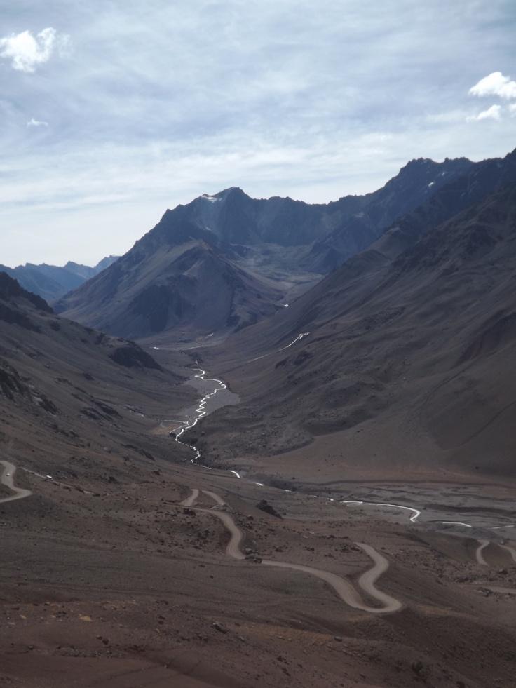 la merveilleuse Cordillère des Andes, sur la route du Christ Rédempteur installée à 4000 mètres d'altitude, pile à la frontière de l'Argentine et du Chili. http://www.voyage-argentine.eu/page-portofolio/#!/le-christ-redempteur. #argentine