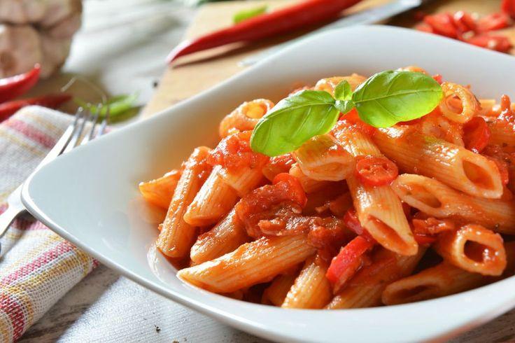 Restoron menülerinin ''Makarnalar'' bölümü gediklisi, evinizin mutfağına transfer oldu. Ağzınızı hafif yakan tadıyla arabiata soslu makarna tarifimiz hazır.