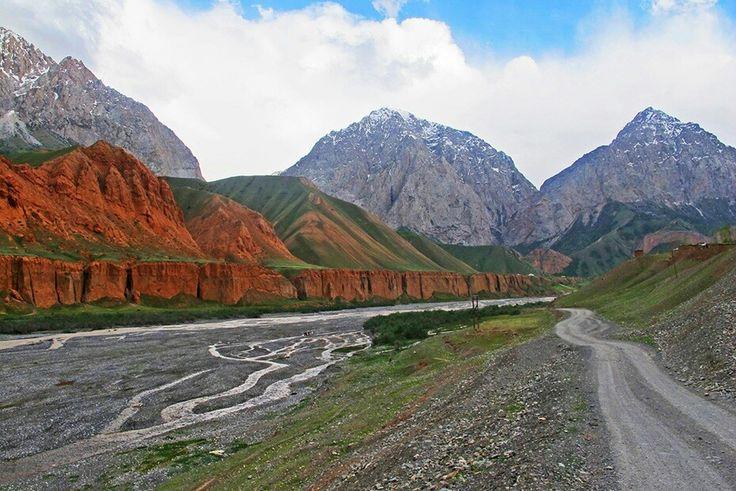 Capital: Bixkek Habitants: 5 590 000  Extencio del país: 198.500 km2  Fitex: limita amb la República Popular de la Xina a l'est, amb el Kazakhstan al nord, amb el Tadjikistan al sud i amb l'Uzbekistan a l'oest.
