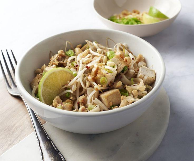 Pad Thai vegetariano -  Il Pad Thai è il piatto nazionale della Thailandia, preparato tradizionalmente con gamberi o pollo, ma questi spaghetti di riso saltati nel wok sono molto buoni anche nella versione vegetariana con il tofu. Rispetto agli altri piatti thailandesi, il pad thai non è affatto piccante. Scegliete voi la piccantezza del vostro piatto regolando il peperoncino frantumato in base al proprio gusto. Buon appetito!