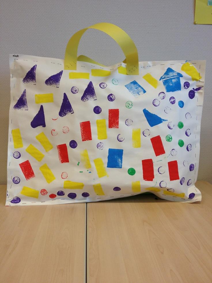 Tas als cadeauverpakking Stempelen met schuursponsfiguren