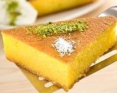 Gâteau de semoule façon grand-mère 150 g de semoule de blé 1 l de lait entier ou écremé 125 g de sucre 1 sachet de sucre vanillé 3 oeufs Préchauffez le four 240°C. Jetez la semoule dans le lait bouillant sucré, cuire 15 min.Une fois la semoule cuite, incorporez les jaunes d'oeufs.Battez les blancs en neige et incorporez-les délicatement.Beurrez un moule et versez la préparation.Enfournez pendant 30 min.Servez tiède ou froid selon votre goût