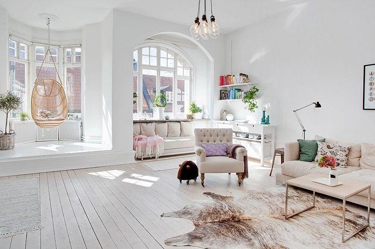 Salon clair, parquet blanc, mur blanc. light living room