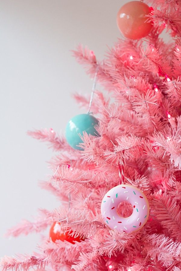 DIY Donut Ornaments Just amazingly cute, this is. Makes me want to throw a Simpsons party.
