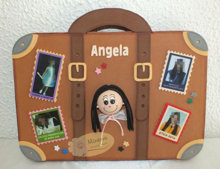Aquí tenéis las fotos de mi último trabajo... un cuadro especial con forma de maleta que representa el viaje de la Educación de una chica que acaba de graduarse. ¡Enhorabuena Ángela! Está realizado en madera y goma eva.