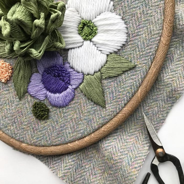 S U N D A Y  #wip of something new! Using @dmc_embroidery tapestry wool & the most beautiful tweed gifted by @hanmadeincornwall …