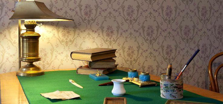 29 января — день рождения классика мировой литературы Антона Чехова. Мы покажем вам его дом, а также дома других известных русских классиков. Вы будете удивлены, но многие использованные в них идеи оформления интерьеров актуальны до сих пор