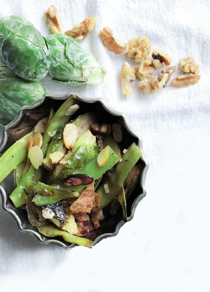 Voici une excellente salade d'été à faire sur le BBQ de choux de Bruxelles et pois mange-tout, aux bacons, noix de Grenoble et amandes.