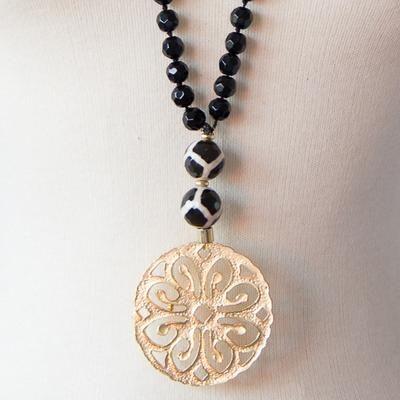d1ccdc20f33e Medallón de latón bañado en oro mate adornado con piedras y o ágatas y con  perla de cristal de roca en colores Cuidados Evitar contacto con perfumes