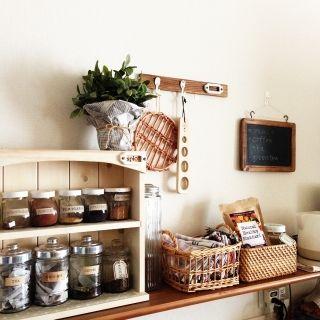 tumn's room photo about Kitchen,かご,カフェ風,スパイスラック,黒板,セリア,フェイクグリーン,賃貸,ナチュラルキッチン,フックDIY, - RoomClip