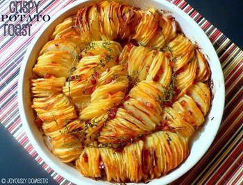 【クリスピーポテトローストレシピ】 材料:バター大さじ3(溶かす)、オリーブオイル大さじ3、じゃがいも10-12個(こちらのレシピはラッセル種を使用・皮をむく)、塩少々、玉ねぎ1個もしくはエシャロット4つ(皮をむき、薄くスライスする)、赤唐辛子フレーク小さじ1/2(お好みで)、タイムの小枝4-6つ、パンチェッタ約85g(角切り)…