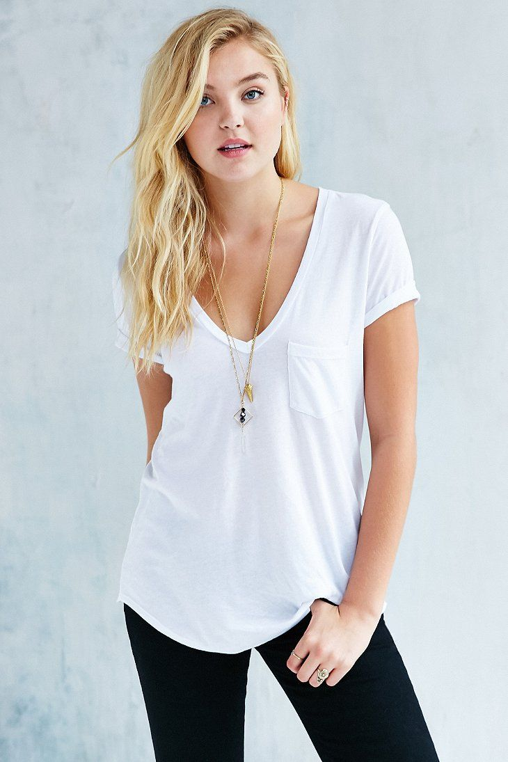 Simple oversized white tee. essential in every wardrobe. Anyone got some tips on where to buy the perfect white tee?